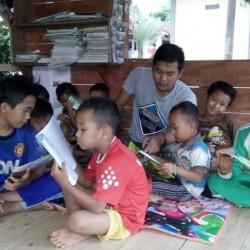 Pemuda Pulosari Jadikan Pos Ronda untuk TBM Saung Cerdas