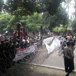 Ribuan Orang Hadiri Pleno Penghitungan Suara Pilgub Banten, Pendukung Rano-Embay Protes