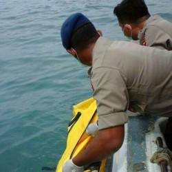 Tim SAR Polda Banten Evakuasi Mayat di Perairan Suralaya