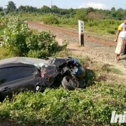 Nyebrang Rel, Yaris Dihantam Kereta Kalimaya