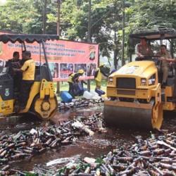 Di Tangerang, 15.908 Botol Minuman Keras Dihancurkan