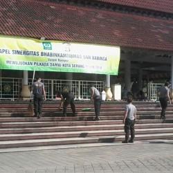Polisi dan TNI Bersih-bersih Halaman Masjid At Tsauroh