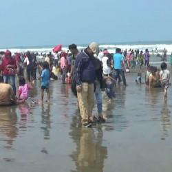 Isi Libur Hari Raya,  Puluhan Ribu Wisatawan Serbu Pantai Bageudur