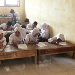 Miris, Menumpang di SMPN 2 Siswa SMAN 1 Cirinten Belajar di Lantai