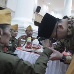 Andika Cium Tangan kepada Para Pejuang Kemerdekaan