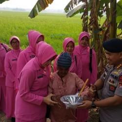 Senyum Nenek Kastinah Saat Dikunjungi Brimob Banten