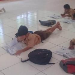 Siswa SDN Citasuk 2 Padarincang Belajar Tanpa Bangku dan Meja