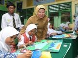 Bupati Serang Berikan Beasiswa Khusus Siswa Berprestasi