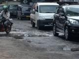 Belum Diperbaiki, Warga Cikepuh Kota Serang Keluhkan Jalan Rusak