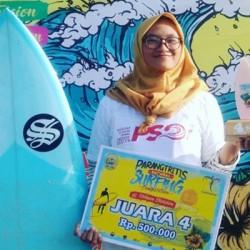 Peselancar Putridari Anyer Raih Piala Komperisi Surfing Nasional 2019