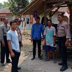 Kapolsek Cikeusal Bantu Dana untuk Perbaikan Rumah Warga