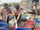 Kekeringan, Polda Banten Salurkan Air Bersih untuk Warga Pontang