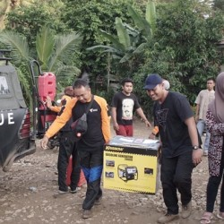 Tim DMC Bantu Pengungsi yang Terisolir di Lebak