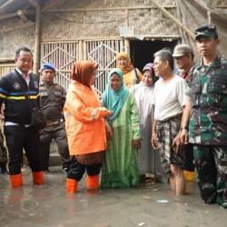 Kunjungi Korban Banjir, Bupati Serang: Normalisasi Sungai Cidurian Mendesak