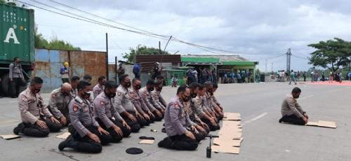 Kapolres Serang jadi Imam Sholat Dzuhur Saat Amankan Demo Buruh