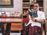 """Ramai Foto Anis Pegang Buku, Apa Itu """"How Democracies Die""""?"""
