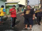 Warga Komplek Depag Gotong Royong Perbaiki Jalan Lingkungan