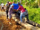 Tak Kunjung Diperbaiki, Warga Lebak Perbaiki Jalan Secara Swadaya
