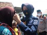 Polda Banten dan Komunitas PIC Bagikan Ratusan Masker kepada Masyarakat